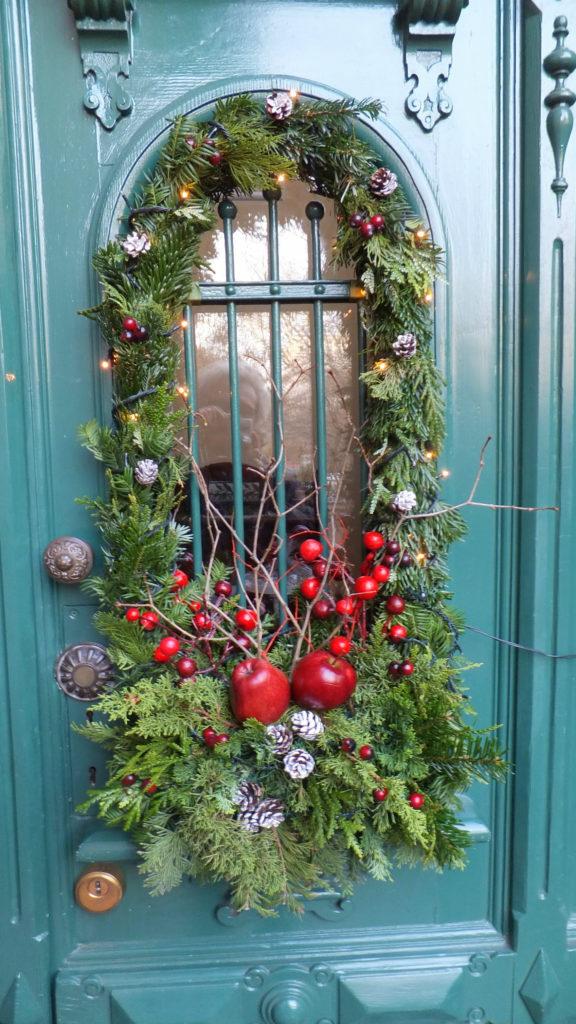 Decorazione natalizia della porta d'ingresso 1