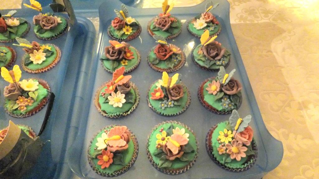 Muffins decorati con fiori e farfalline di pasta di zucchero 1