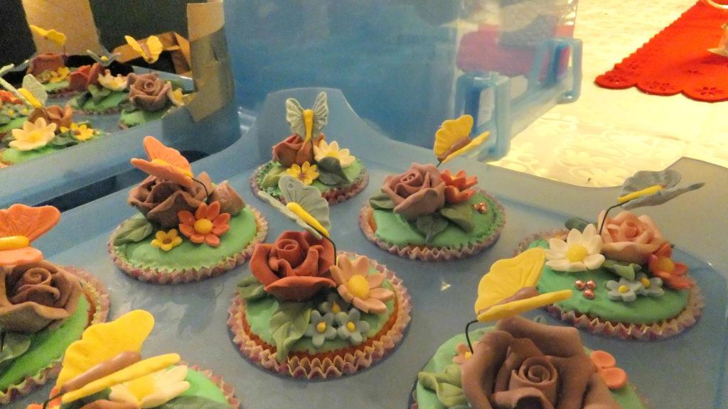 Muffins decorati con fiori e farfalline di pasta di zucchero 2