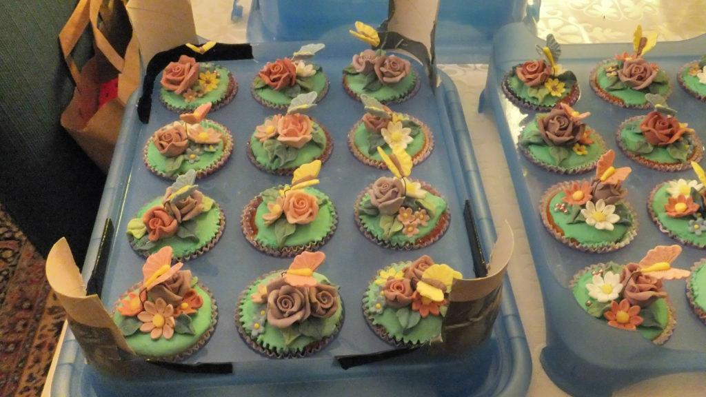 Muffins decorati con fiori e farfalline di pasta di zucchero 3