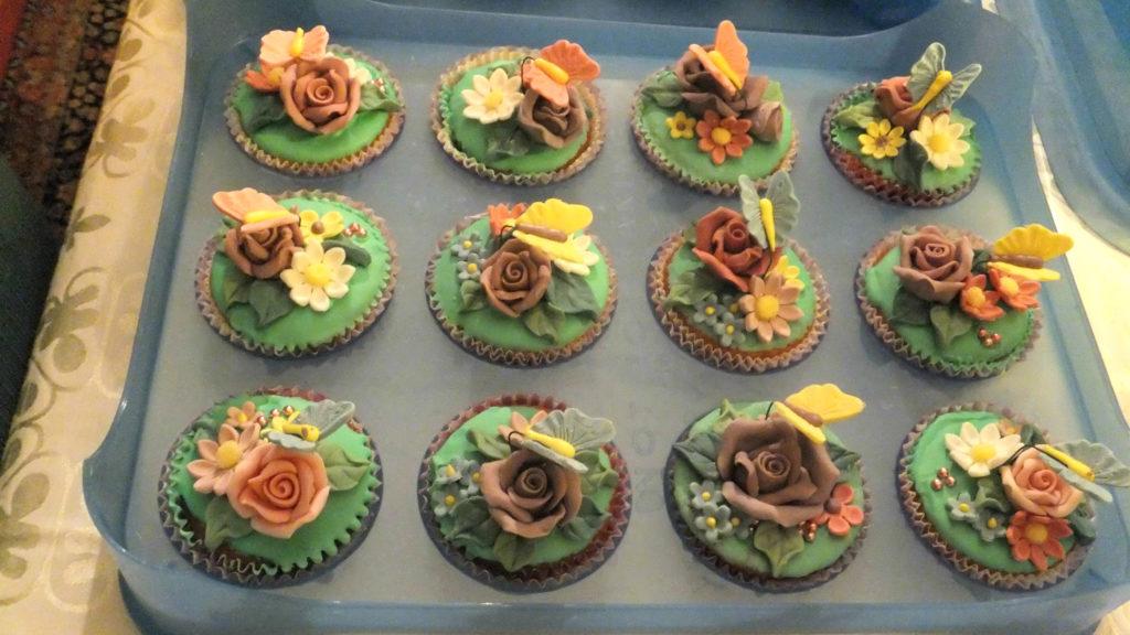 Muffins decorati con fiori e farfalline di pasta di zucchero 4