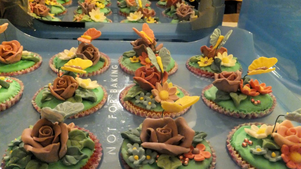 Muffins decorati con fiori e farfalline di pasta di zucchero 5