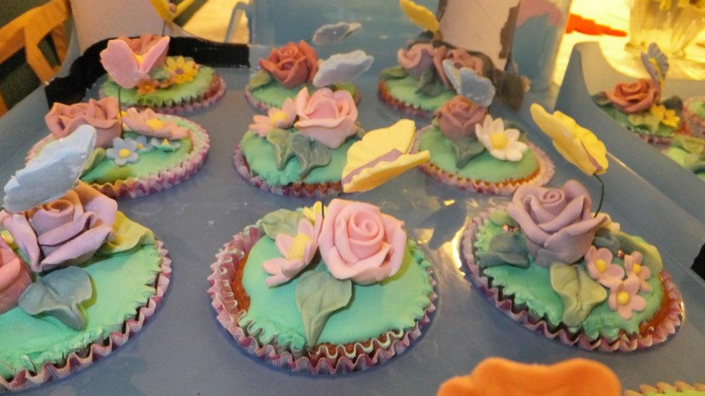 Muffins decorati con fiori e farfalline di pasta di zucchero 6