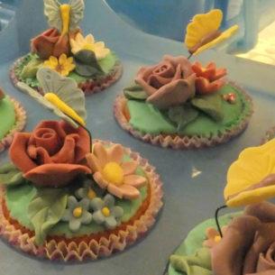 Muffin decorati con farfalline di zucchero 7