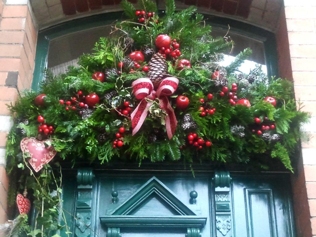 Decorazione natalizia della porta di casa 2