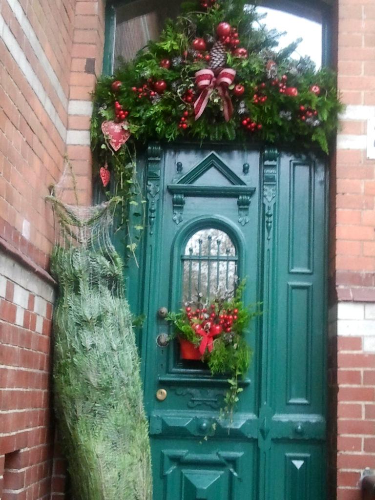 Decorazione natalizia della porta di casa 3