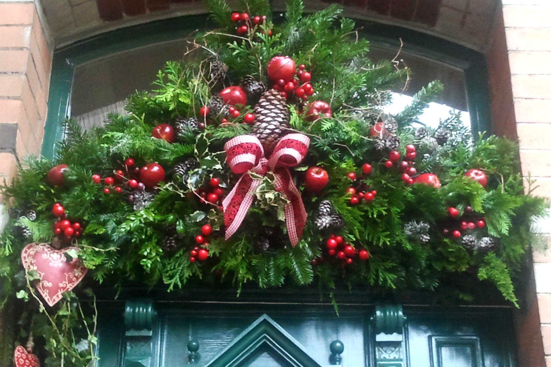 Decorazione natalizia della porta di casa i pasticci di nico for Decorazione natalizia per porta