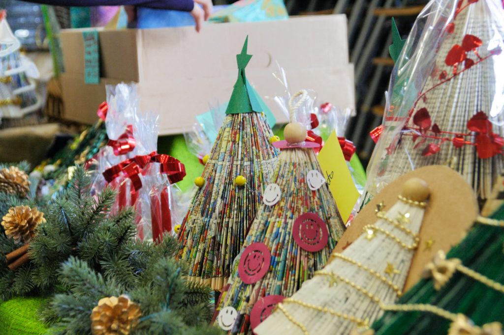 Mercatino della scuola decorazioni natalizie in materiale riciclato 07