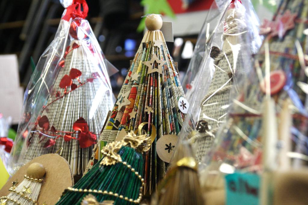 Mercatino della scuola decorazioni natalizie in materiale riciclato 08