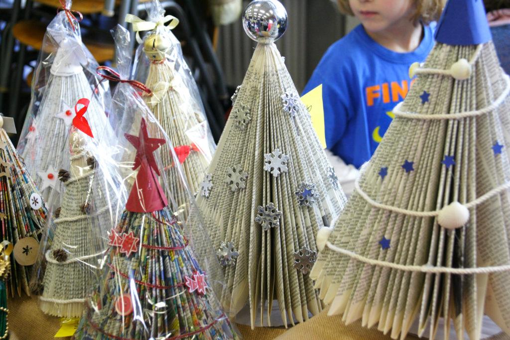 Mercatino della scuola decorazioni natalizie in materiale riciclato 09