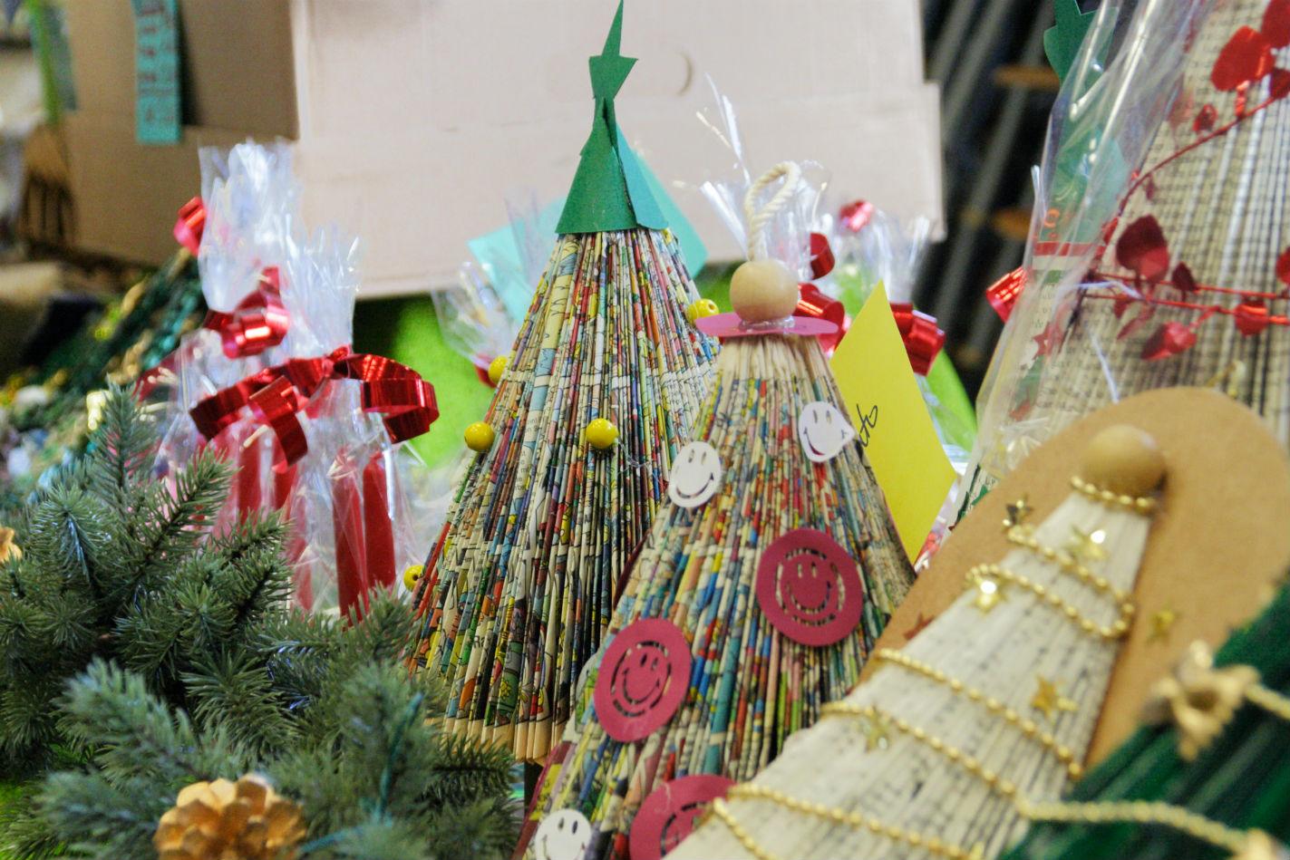 Mercatino della scuola decorazioni natalizie in materiale riciclato 11